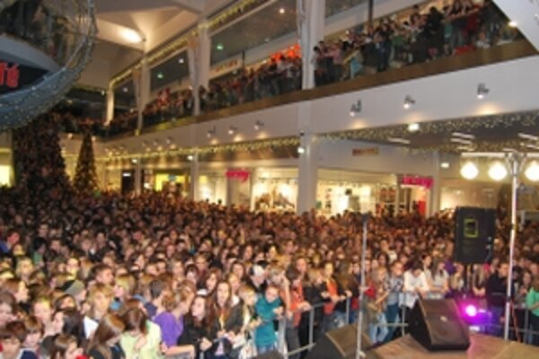 Speváci zo Superstar prilákali do Trenčína tisícky fanúšikov.