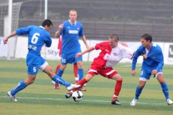 Súboj o loptu medzi Trenčanom Vojtechom Horváthom (v strede) a hráčmi FC ViOn Zlaté Moravce Jánom Holzom (vľavo), Adriánom Candrákom (vpravo). Prizerá sa ich spoluhráč Karol Pavelka (druhý zľava) v zápase 13. kola I. slovenskej futbalovej ligy.