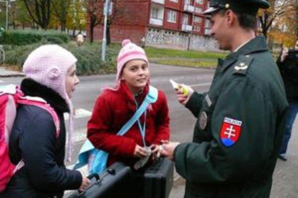 """Policajti rozdávali """"smajlíkov"""" a poučovali deti, ako správne prechádzať cz cestu"""