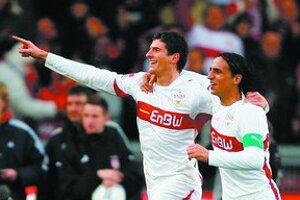 Kanonier VfB Stuttgart Mario Gomez (vľavo) sa teší po jednom