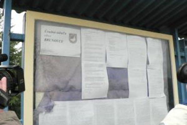 Úradná tabuľa obce, kde sa objavila zápisnica zo zastupiteľstva, odstúpenie poslanca však v nej nie je.