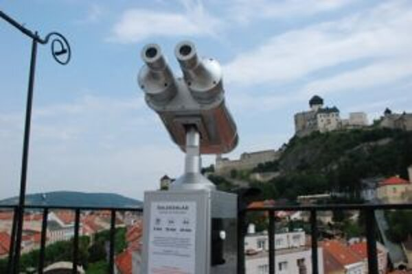 Návštevníci si môžu z Mestskej veže pozrieť Trenčín a okolie aj ďalekohľadom.