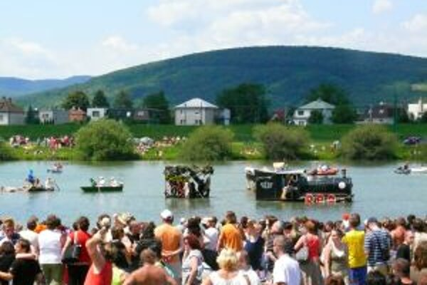 Po Váhu sa plavilo dvanásť netradičných korábov. Podujatie prilákalo okolo pätnásťtisíc divákov.