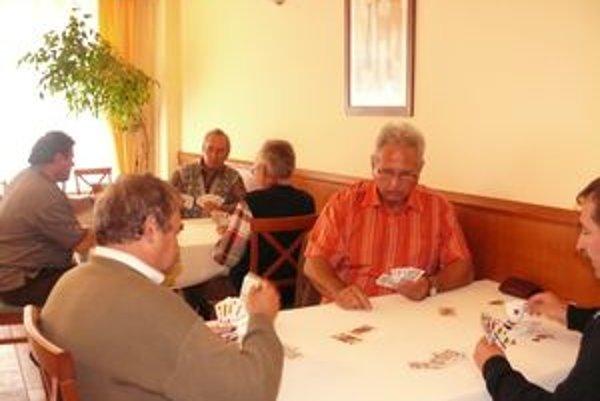V Trenčíne si hra mariášových kariet našla svojich nadšencov. V strede v košeli sedí prezident trenčianskeho a slovenského mariášového klubu Juraj Holec.