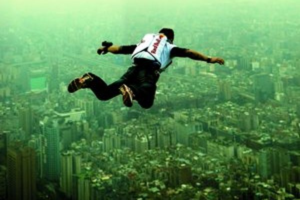 Felix Baumgartner letí nad Taiwanom.