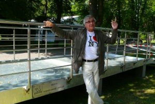 Riaditeľ ceny Hercovia misia Peter Hledík tvrdí, že dozrel čas na zmenu. Tabuľky so svojimi menami pripevnia ocenení herci Jeremy Irons a Jaromír Hanzlík už na nový Most slávy.