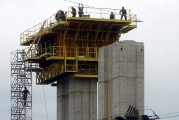 Mladík spadol z podpornej konštrukcie diaľničného piliera.