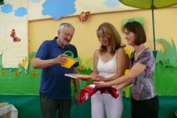 Prezident medzinárodnéího filmového festivalu Art Film Fest Milan Lasica pokrstil v trenčianskoteplickej základnej škole pútavú detskú knižku.