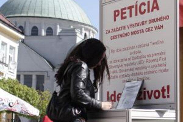 Petičné hárky sú ešte stále na Štúrovom námestí.