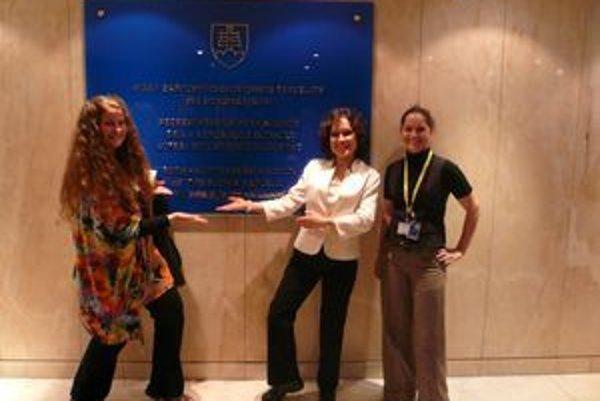 Oľga Škvareninová ( v strede ) so svojimi bývalými žiačkami v Bruseli.