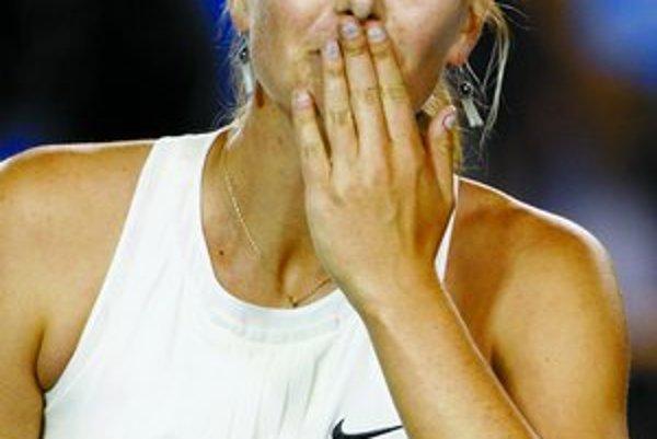 Traja hrdinovia včerajšieho programu na Australian Open. Francúz Jo-Wilfried Tsonga postúpil do semifinále a je to jeho životný úspech. Zdravotnými problémami sužovaná Jelena Jankovičová (sediaca) vyradila obhajkyňu prvenstva Serenu Williamsovú. Maria Šar