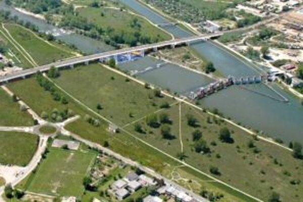 Nový most by mal výrazne odľahčiť doprave v Trenčíne.