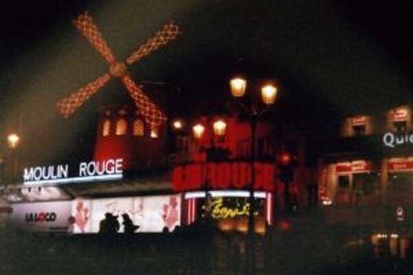 Jedným z najvychýrenejších nočných klubov v Paríži je veterný mlyn Moulin Rouge.