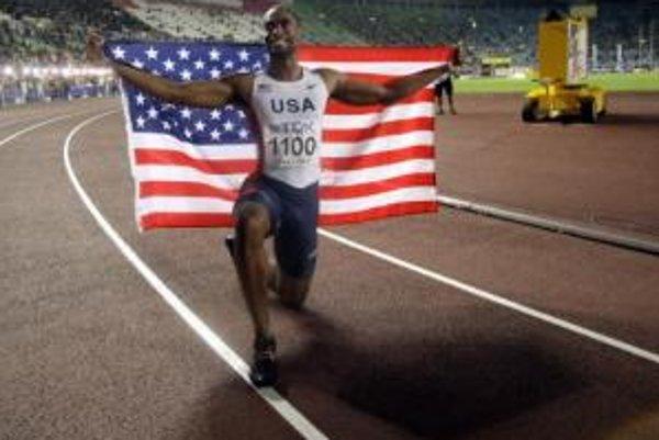 Americký šprintér Tyson Gay oslavuje svoj dnešný triumf v behu na 200 metrov na MS v japonskej Osake