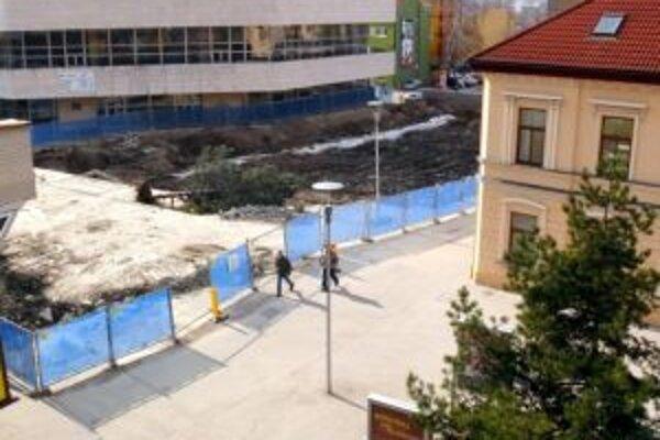 Výstavba garáží v centre Trenčína sa zastavila a tak skoro pokračovať nebude.