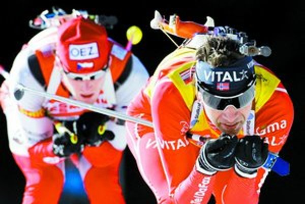 Nór Ole Einar Björndalen na ceste za deviatym biatlonovým titulom majstra sveta. Ani Čech Michal Šlesingr (vľavo) mu nestačil.