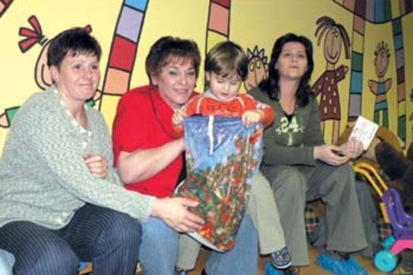 Víťaz kategórie 0-3 rokov Dávidko Ovšonka v obklopení rodiny.