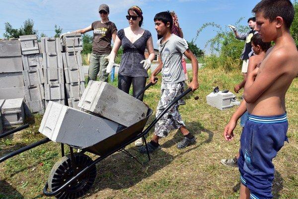 Členovia amerického divadelného tímu spoločne s dobrovoľníkmi z Habitat for Humanity International, Veľvyslanectva holandského kráľovstva na Slovensku a ETP Slovensko dnes pomáhali rankovským staviteľom pri svojpomocnej výstavbe rodinných domov, ktoré si