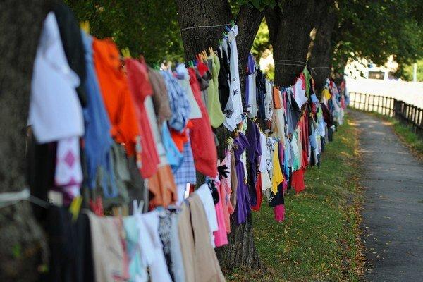 Na snímke pohľad na množstvo vyzbieraného šatstva v aleji na Nábreží Jána Pavla II. v Poprade v rámci charitatívnej zbierky šatstva počas Národného stretnutia mládeže P15 v Poprade 31. júla 2015.