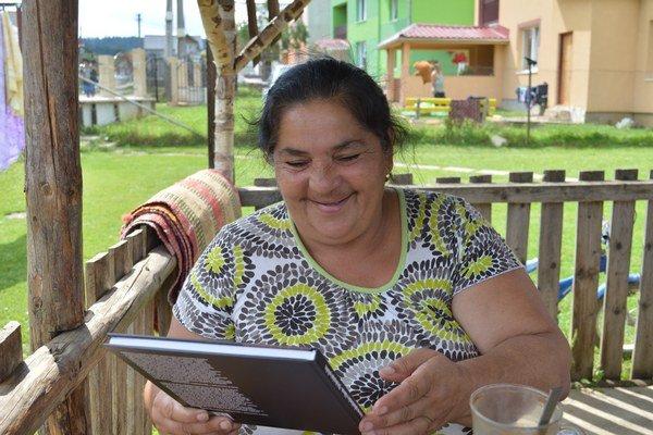 Líderka z osady Hájik Jarka Kotlárová veľa číta. Po knihy si chodí do knižnice v Spišskej Novej Vsi.