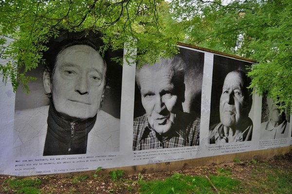 Pred rokom nainštalovala Galéria Jána Koniarka v Trnave veľkoformátové portréty partizánov z projektu fotografa Šymona Klimana Oni My na múr Kopplovej vily, kde sídli. Bol to jej príspevok k pripomienke 70. výročia vypuknutia Slovenského národného povstan