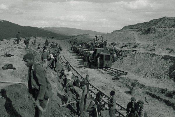 Výstavba železničnej trate Prešov-Strážske počas druhej svetovej vojny. Stavali ju odvedenci pracovných táborov za slovenského štátu.