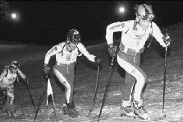 Večerné skialpinistické preteky mali na Slovensku premiéru pred tromi rokmi na trati zo Štrbského Plesa na Solisko. Na snímke uprostred víťaz Miroslav Leitner, druhý skončil Peter Svätojánsky (vpravo), tretí Milan Madaj (vľavo).