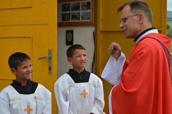 Sväté omše majú v Pečovskej Novej Vsi rozložené na dve miesta. V sobotu sú v kaplnke pri rómskej osade a v nedeľu v hlavnom kostole v obci.