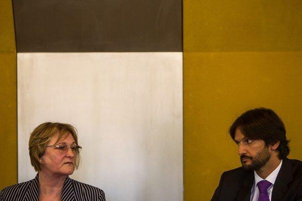 Ombudsmanka Jana Dubovcová a minister vnútra Robert Kaliňák v auguste 2013 na zasadnutí Výboru NR SR pre ľudské práva k policajnému zásahu v rómskej osade v Moldave nad Bodvou.
