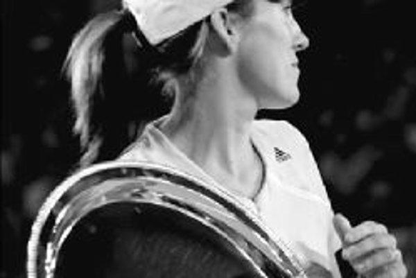 Trofej z Austrálie neobháji - Justine Heninová-Hardennová sa z turnaja v Melbourne odhlásila.