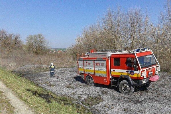 Silný vietor, vypaľovanie trávy aj nedostatočná kontrola kachlí a komínov zvyšujú riziko vzniku požiarov.
