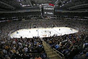 Vypredaná aréna sleduje pripravný zápas Pittsburgu Penguins. (AP Photo/Gene J. Puskar)