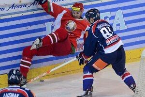 Vpravo Peter Hraško (Slovensko) a vľavo Sergej Demagin (Bielorusko) bojujú pri mantineli počas hokejového zápasu Slovensko - Bielorusko na turnaji Arosa Challenge vo švajčiarskom meste Arosa 20. decembra 2013. Vľavo v pozadí Slovák Patrik Lušňák.