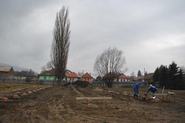 Školský dvor. V susedstve ZŠ vyrastie nová MŠ.
