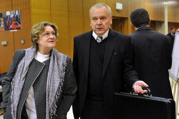 Ombudsmanka Jana Dubovcová a právnik Peter Kresák prichádzajú na rokovanie vlády.