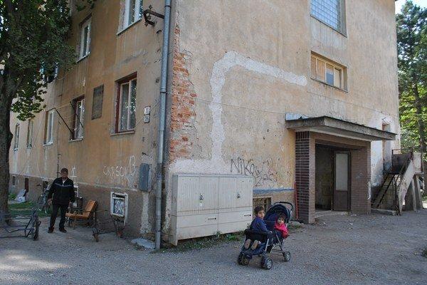 Bytovka na Zlatej ulici č. 10. Nepodpísanie dodatkov k nájomným zmluvám naťahujú samotní nájomníci.