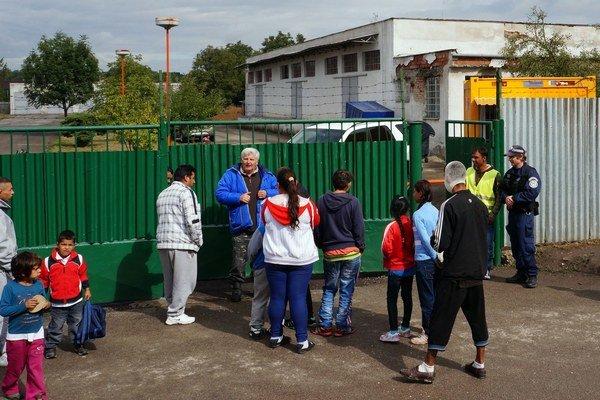 Mobilné pracovisko Slovenskej pošty na vyplácanie sociálnych dávok v stredu otvorili v rómskej osade v Trebišove.