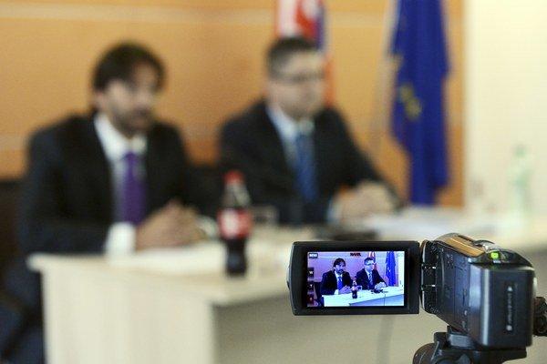 Minister vnútra SR Robert Kaliňák (vľavo) si myslí,  že zásah polície v Moldave nad Bodvou sa zveličuje.