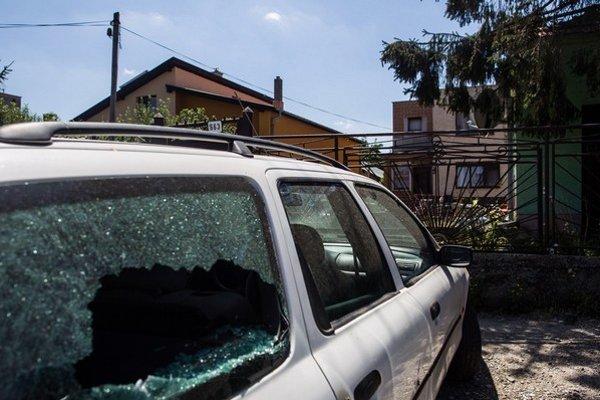 Zničené auto pred domom v Hornej Kráľovej