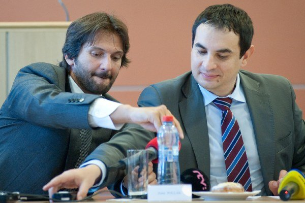 Peter Pollák (vpravo) predstaví návrhy, ako zabrániť zneužívaniu sociálneho systému.