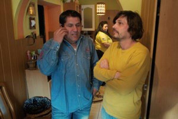 Jaro Vojtek (vpravo) a hrdina jeho filmu Cigáni idú do volieb. Vlado Sendrei je známy rómsky aktivista, ktorý so svojou kapelou nedávno nahral hudbu do filmu Guya Ritchieho Sherlock Holmes. Spieva v nej jeho manželka Janka (v strede). Film sa bude pre