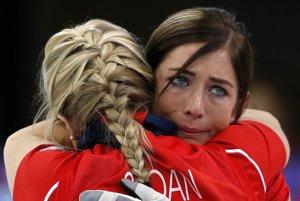 Objatie britských curleriek po víťazstve nad Švajčiarskom.