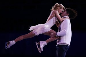 Tatiana Volosožarovová a Maxim Trankov. V Soči získali zlatú medailu v súťaži športových dvojíc, od domácich fanúšikov sa dočkali v exhibícii veľkého aplauzu.
