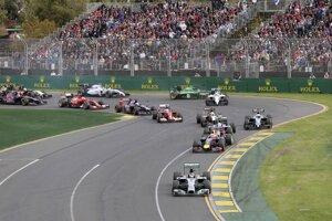 Prvá zákruta, do vedenia pretekov išiel Rosberg.