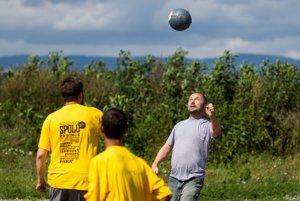 Michal Kaščák, spoluorganizátor festivalu Moldava Spolu, si po  zákaze prišiel zahrať do osady Budulovská futbal.