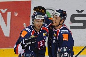 Miroslav Šatan (vľavo) a Ladislav Nagy sa tešia z druhého gólu.