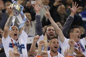 Taliansky pohár zdvihol nad hlavu kapitán Neapola Marek Hamšík.