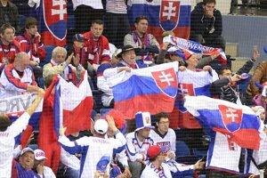 Slovenský fanúšikovia počas zápasu s Českom.