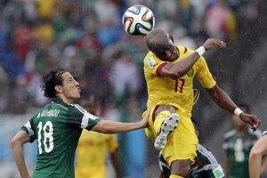 Kamerunčan Stephane Mbia odhlavičkováva loptu.