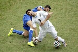 Andrea Barzagli atakuje Luisa Suareza.